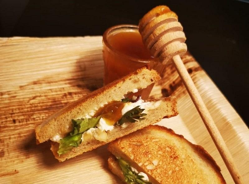 Panini z kozim serem i miodem - mobilne bary cateringowe